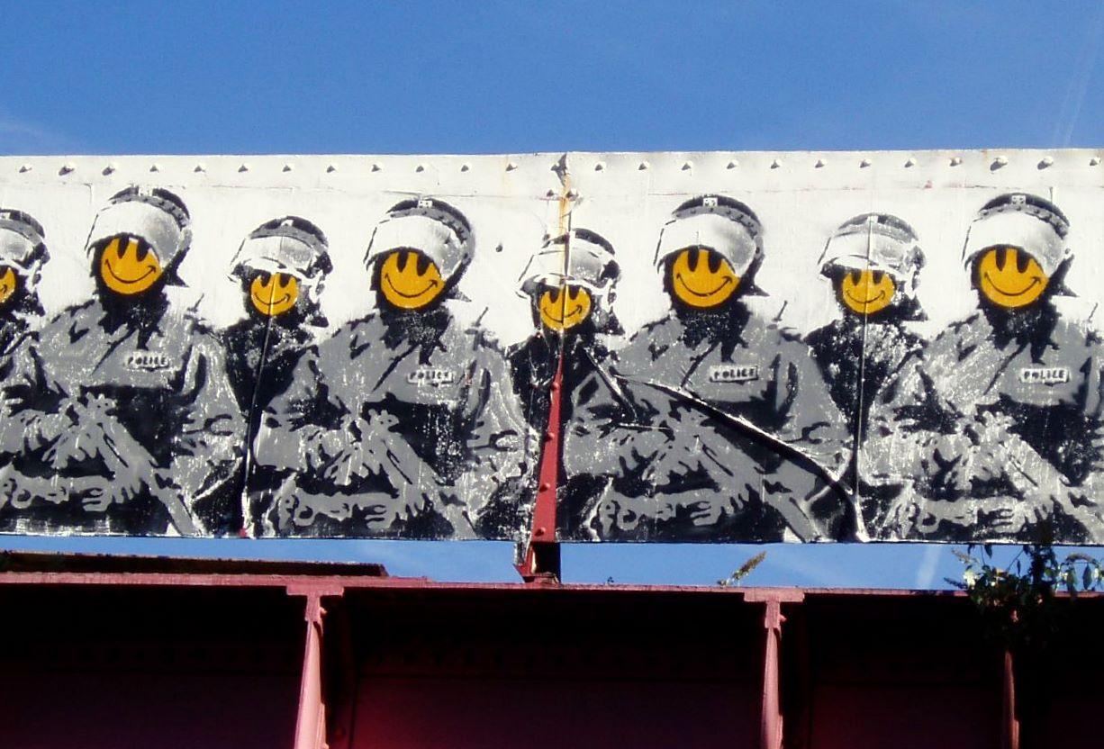 Banksy smiley coppers policemen smiling old street hoxton london stencil graffiti buenosairesstreetart.com